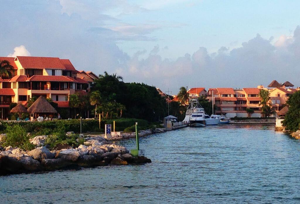 Vivir en la costa: comparando bienes raíces en diferentes países