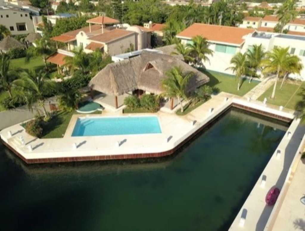 Exclusive villa with yacht berth for sale in Puerto Aventuras
